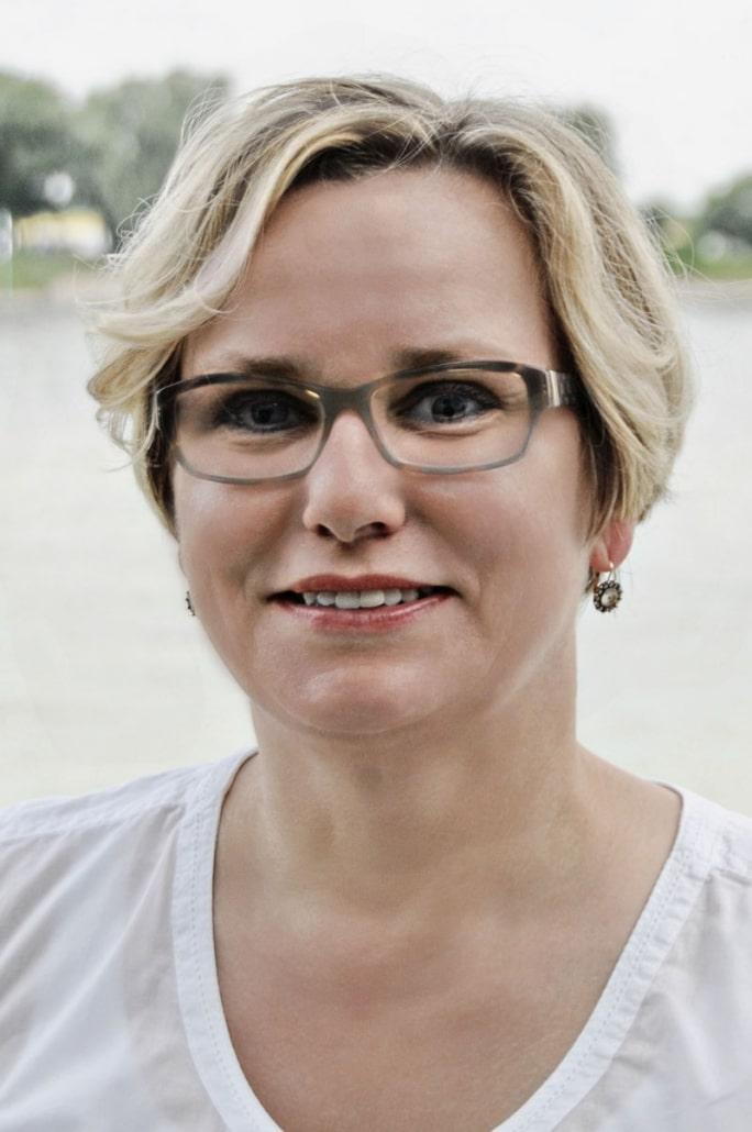 Frau Annette Eckstein